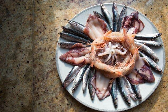 Fritterede rejer, calamari og ansjoser - thumbnail